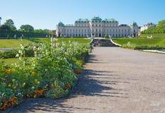 WIEN, ÖSTERREICH - 30. JULI 2014: Der Brunnen und der Garten des Belvederepalastes am Morgen Stockfotos