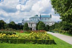 WIEN, ÖSTERREICH - 29. JULI 2016: Eine Ansicht von Volksgarten-Park mit dem Blühen von roten und gelben Rosen Lizenzfreies Stockfoto