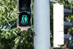 WIEN, ÖSTERREICH - 29. JULI 2016: Eine Großaufnahme einer grünen Ampel mit einem Bild von gehenden Paaren Stockfoto