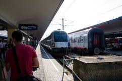 Wien, Österreich - 15. Juli 2013: Railjet-Hochgeschwindigkeitszug am Bahnhof stockfoto