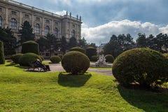 WIEN, ÖSTERREICH - 7. OKTOBER 2016: Naturhistorisches Museum und Maria--Theresien-Platzpark Wien, Österreich stockfotografie