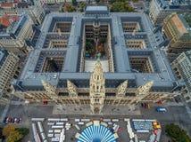 WIEN, ÖSTERREICH - 10. OKTOBER 2016: Rathaus-Dach mit Statue Wien, Österreich Wien-Stadtbild im Hintergrund stockfotografie