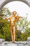 WIEN, ÖSTERREICH - 18. OKTOBER 2015: Statue von Johann Strauss herein Lizenzfreie Stockbilder