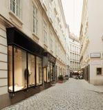 Wien Österrike - 15 April 2018: Den härliga designen av shoppar fönster Fotografering för Bildbyråer