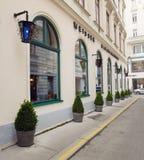 Wien Österrike - 15 April 2018: Den härliga designen av shoppar fönster Royaltyfri Bild