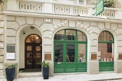 Wien Österrike - 15 April 2018: Den härliga designen av shoppar fönster Arkivfoton