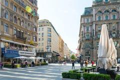 WIEN Österrike-April 19: huvudsaklig gata för gammal stad på April 19, 201 Royaltyfri Bild