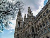Wien/Österrike - April 2015: Klockatornet av stadshuset tävlar in royaltyfria foton