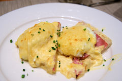 WIEN ÖSTERRIKE - APRIL 30th, 2017: Ägg Benedict rostade engelska muffin, skinka, tjuvjagade ägg och läckert buttery Arkivbilder