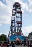 WIEN ÖSTERRIKE - APRIL 30th, 2017: Berömda och historiska Ferris Wheel av vienna prater parkerar kallade Wurstelprater under a Arkivbild