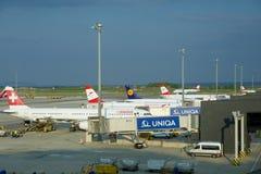 WIEN ÖSTERRIKE - APRIL 30th, 2017: Flygplan av Austrian Airlines, SCHWEIZARE och Lufthansa som parkeras på portarna i Wien arkivbilder