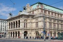WIEN ÖSTERRIKE - APRIL 29th, 2017: Rörande trafik framme av den berömda och historiska statliga operahuset - Staatsoper in Royaltyfria Bilder