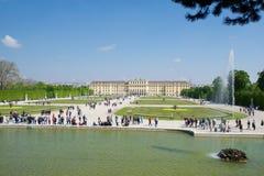 WIEN ÖSTERRIKE - APRIL 30th, 2017: Schonbrunn slott med Neptunspringbrunnen i Wien Det ` s ett tidigare imperialistiskt rum 1441 Royaltyfri Fotografi