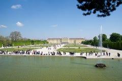 WIEN ÖSTERRIKE - APRIL 30th, 2017: Schonbrunn slott med Neptunspringbrunnen i Wien Det ` s ett tidigare imperialistiskt rum 1441 Arkivfoton