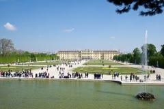 WIEN ÖSTERRIKE - APRIL 30th, 2017: Schonbrunn slott med Neptunspringbrunnen i Wien Det ` s ett tidigare imperialistiskt rum 1441 Arkivbild