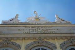 WIEN ÖSTERRIKE - APRIL 30th, 2017: Staty av förmyndare på Gloriette i den Schonbrunn slotten i Wien, Österrike Byggt in Royaltyfri Foto