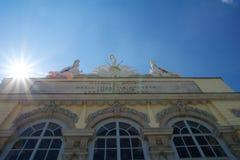 WIEN ÖSTERRIKE - APRIL 30th, 2017: Staty av förmyndare på Gloriette i den Schonbrunn slotten i Wien, Österrike Byggt in Royaltyfri Fotografi