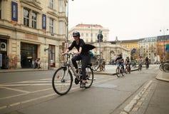 Wien Österrike - April 15, 2018: trafik som cyklar längs stadsgatan arkivfoton