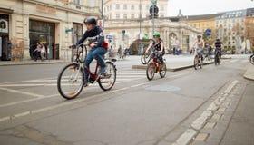 Wien Österrike - April 15, 2018: trafik som cyklar längs stadsgatan arkivbilder