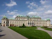Wien Österrike - Augusti 4, 2014: den främre sikten av övreBelvedereslotten öppnade i 1723 och att visa dess barocka stilarkitekt Royaltyfria Bilder