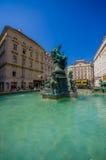 Wien Österrike - 11 Augusti, 2015: Den mycket trevliga springbrunnen med statyer och härligt grönt vatten lokaliserade centret, G Royaltyfria Foton