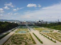 Wien Österrike - Augusti 4, 2014: foto som tas från övregolvet av Belvedereslotten som visar dess landskap trädgårdar, springbrun fotografering för bildbyråer