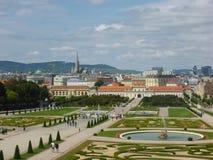 Wien Österrike - Augusti 4, 2014: foto som tas från övregolvet av Belvedereslotten som visar dess landskap trädgårdar, springbrun arkivfoto