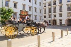 Wien Österrike - AUGUSTI 24: Utfärdvagn nära den Hofburg slotten på AUGUSTI 24, 2017 i Wien Arkivbild