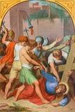 WIEN ÖSTERRIKE - DECEMBER 19, 2016: Den Jesus nedgången under corss i kyrklig kircheSt Laurenz Royaltyfri Fotografi