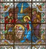 WIEN ÖSTERRIKE - DECEMBER 19, 2016: Julkrubban på målat glass av kyrkaSt Laurenz Arkivbild