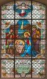 WIEN ÖSTERRIKE - DECEMBER 19, 2016: Julkrubban på målat glass av kyrkliga Mariahilfer Kirche Arkivfoton