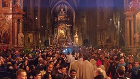 WIEN ÖSTERRIKE - DECEMBER, samlas 24 jul i domkyrka för St Stephen ` s Populär touristic destination av staden lager videofilmer