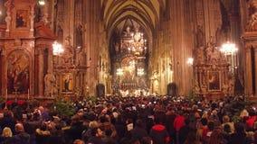 WIEN ÖSTERRIKE - DECEMBER, samlas 24 jul i domkyrka för St Stephen ` s Populär touristic destination av staden arkivfilmer