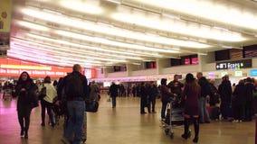 WIEN ÖSTERRIKE - DECEMBER, sköt 24 Steadicam av fullsatt område för avvikelse för flygplatsterminal video 4K stock video