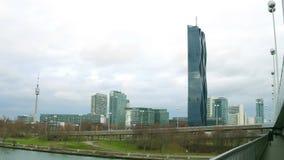 WIEN, ÖSTERRIKE - DECEMBER, skjuten flodstrand 25 gälla Donautornet, den Donau stadsskyskrapan och den internationella mitten arkivbilder