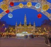 WIEN ÖSTERRIKE - DECEMBER 19, 2014: Stadshuset eller Rathausen och julen marknadsför på den Rathausplatz fyrkanten Arkivbilder