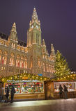WIEN ÖSTERRIKE - DECEMBER 19, 2014: Stadshuset eller Rathausen och julen marknadsför på den Rathausplatz fyrkanten Arkivfoto