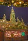 WIEN ÖSTERRIKE - DECEMBER 19, 2014: Stadshuset eller Rathausen och julen marknadsför på den Rathausplatz fyrkanten Fotografering för Bildbyråer