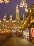 WIEN ÖSTERRIKE - DECEMBER 19, 2014: Stadshuset eller Rathausen och julen marknadsför på den Rathausplatz fyrkanten Arkivbild