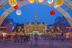 WIEN ÖSTERRIKE - DECEMBER 19, 2014: Stadshuset eller Rathausen och julen marknadsför på den Rathausplatz fyrkanten Royaltyfri Fotografi