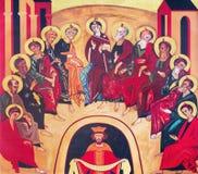 WIEN ÖSTERRIKE - DECEMBER 19, 2016: Symbolen av pingstdagen på kanfasen i kyrkliga Brigitta Kirche av Kiko Arguello Arkivfoto