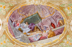 WIEN ÖSTERRIKE - DECEMBER 19, 2016: Takfreskomålningen av födelsen av jungfruliga Mary i kyrkliga Mariahilfer Kirche Arkivfoto