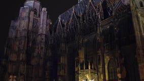 WIEN ÖSTERRIKE - DECEMBER, 24 vippar på skottet av domkyrkan för St Stephen ` s på natten Populär touristic destination av lager videofilmer