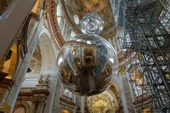Wien Österrike - Februari 2019: Härlig sikt av Karlskirches på insidan av en berömd katolsk kyrka royaltyfria bilder