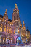 WIEN ÖSTERRIKE - FEBRUARI 13, 2010: Stadshus Rathaus och försvinna snabbt i vinter Royaltyfri Fotografi