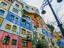 Wien Österrike - Januari 02, 2015: En sikt av de utvändiga byggnaderna i Hundertwasserhaus i dagen Arkivfoton