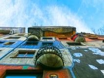 Wien Österrike - Januari 02, 2015: En sikt av de utvändiga byggnaderna i Hundertwasserhaus i dagen Arkivbilder