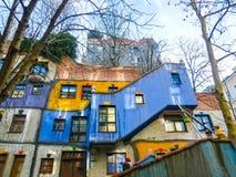 Wien Österrike - Januari 02, 2015: En sikt av de utvändiga byggnaderna i Hundertwasserhaus i dagen Fotografering för Bildbyråer
