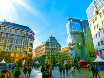 Wien Österrike - Januari 02, 2015: Folk som går på den near klockan för materiel-im-Eisen-Platz i Wien, Österrike Royaltyfria Foton