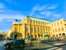 Wien Österrike - Januari 02, 2015: Rörande trafik framme av den statliga operahuset Arkivbild